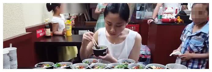大胃王密子君挑战长沙臭豆腐,被说造假,但谁注意到她的举动了?