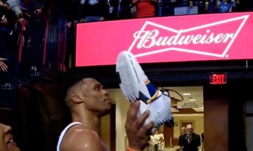 NBA球星扔鞋给球迷:哈登暖心,威少怒打一铁,看到米切尔笑喷