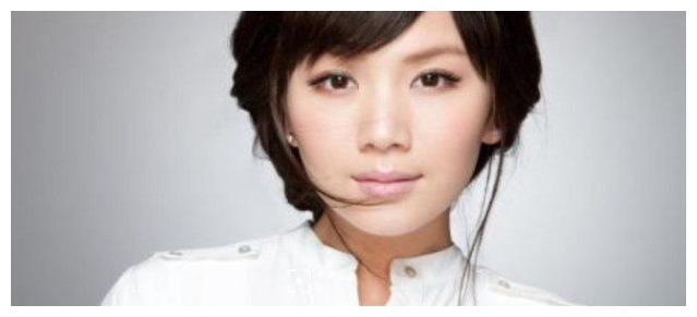 她是文章的同学,被称为小刘涛,离异成单亲妈妈如今大火