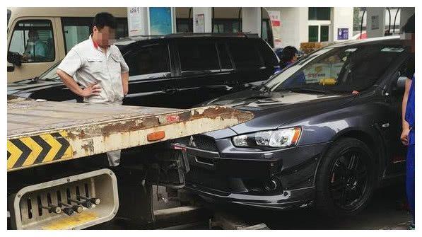 油站小工给这辆三菱错加92汽油,车主吓得叫来拖车要去清洗油路