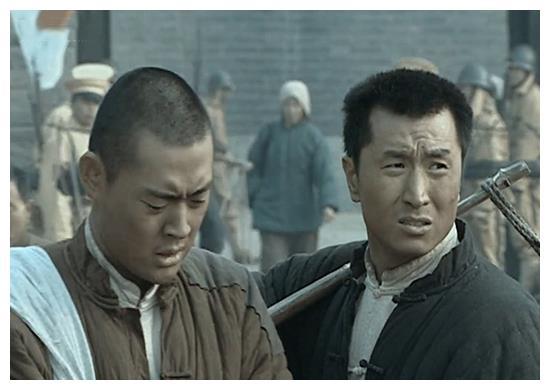 《亮剑》陈晓春为啥入伍3个月就能跟李云龙?原来他比段鹏还要猛