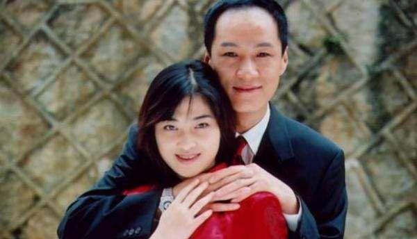 43岁梅婷与私教合影 皮肤超白不显黑眼圈 比电视上年轻很多