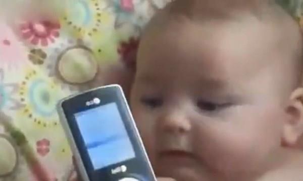 为逗宝宝,妈妈给8个月宝宝听了一段录音,宝宝的反应笑翻妈妈