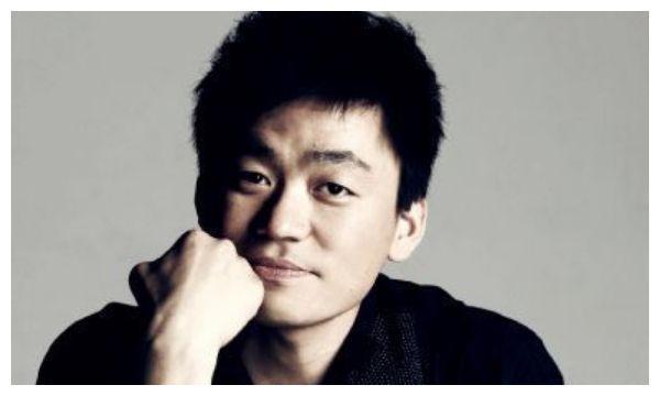 王宝强身价过亿,亲哥却在村里种田卖大饼,网友:同脸不同命!