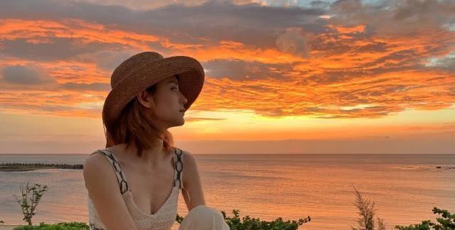 张馨月与闺蜜海边度假,坐游艇玩滑梯起浪花,直言第一次真的害怕