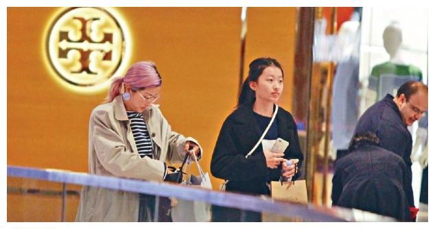 陈奕迅13岁的女儿陈康堤亮相 完全就是腿长美人胚子
