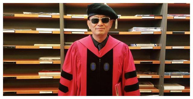 王家卫荣获哈佛大学文学荣誉博士学位,网友:恭喜墨镜哥