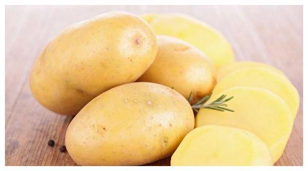 发芽的土豆不要扔,将土豆切成块状,存放一次能长出好多