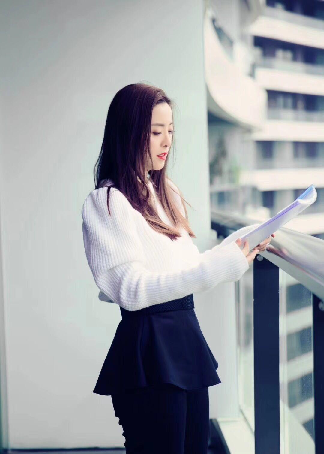 女演员黄小蕾,气质优雅,时尚靓丽写真图集