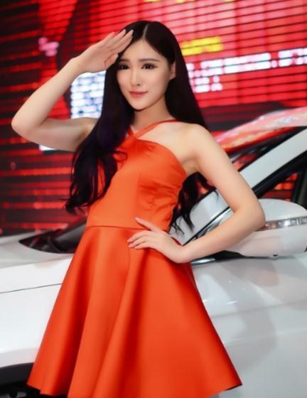 东风车模真养眼,公主裙造型很时尚,红色设计很炫目