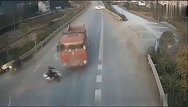 电动车作死横穿马路,大货车刹车不及直接将他撞倒,悲剧了