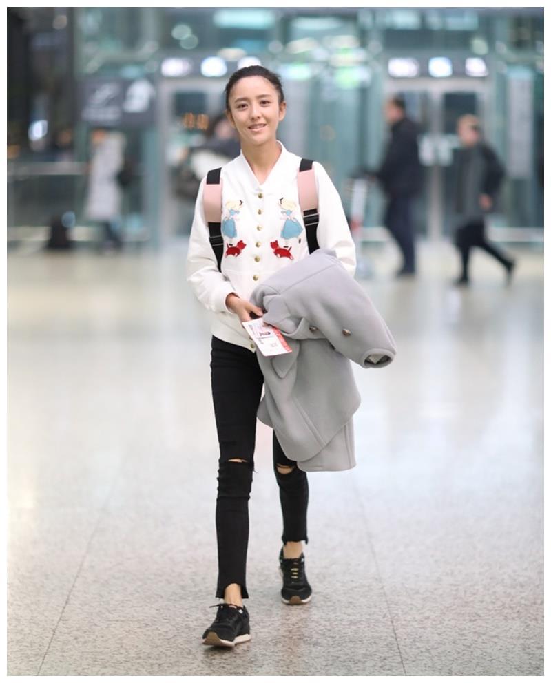 佟丽娅素颜现身机场,面色煞白憔悴,网友:像大病一场一样