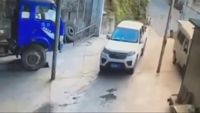 男子走路散步,不料惨遭2次碾压,当场死亡。
