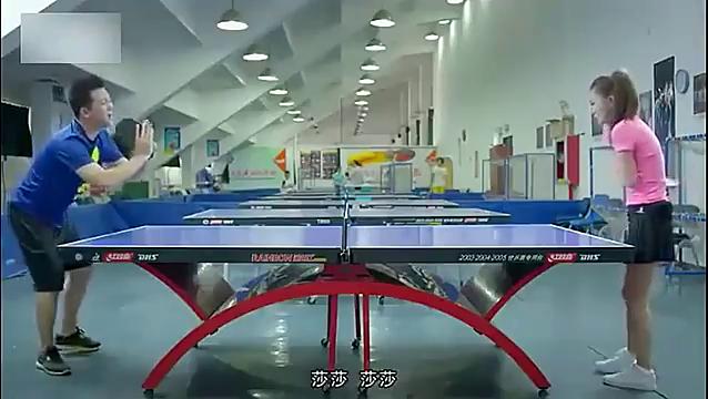 男子和女孩打乒乓球,次次都往女孩的胸部打,真是太无耻了