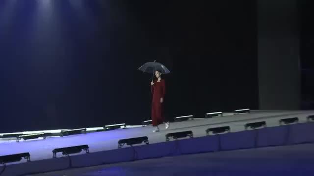 很有气质的美女走秀,单手撑一把伞,走近让人心动不已
