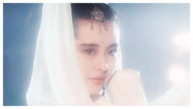 偶遇51岁王祖贤,女神脸圆润似发福,身边的爱犬抢镜成搭讪话题