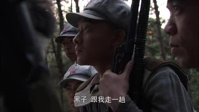 弹孔:团长和政委抢着要去前方探路,两人推过来推过去