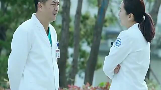 俩医生争了20年都没当上行政主任,江晓琪刚来就看出他俩的问题