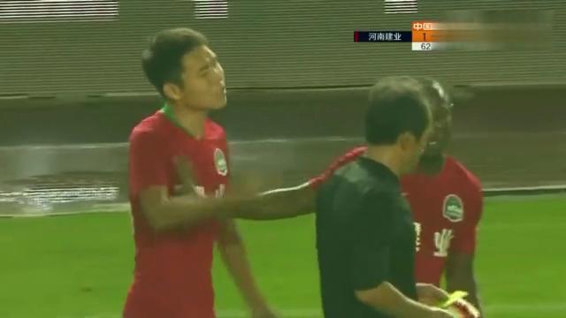 中超:河南建业球员王上源黄牌,怒与裁判理论,太有趣了!