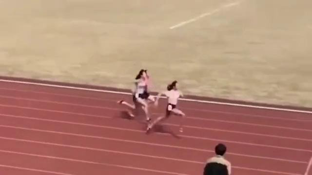 南京大学的短跑比赛,碾压式取胜,小姐姐真快