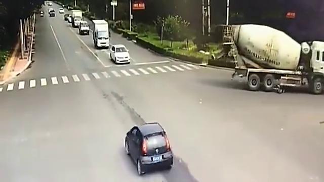 泥罐车任性转弯,电动车女子被活活卷进车底!