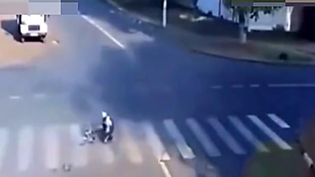 汽车和货车在路口发生激烈碰撞,骑单车的中学生险些遇难