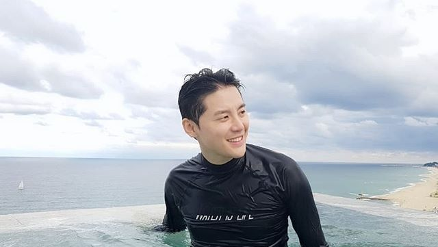 前东方神起,现JYJ金俊秀即将退役归来,中秋节与家人一起在泳池