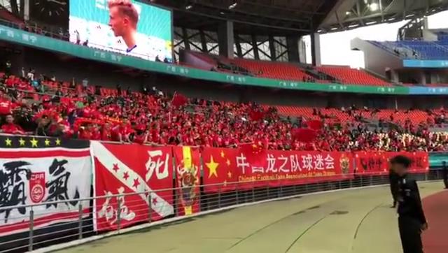 国足2场丢10球球迷仍卖力加油高唱国歌+《红旗飘飘》齐呼胜利