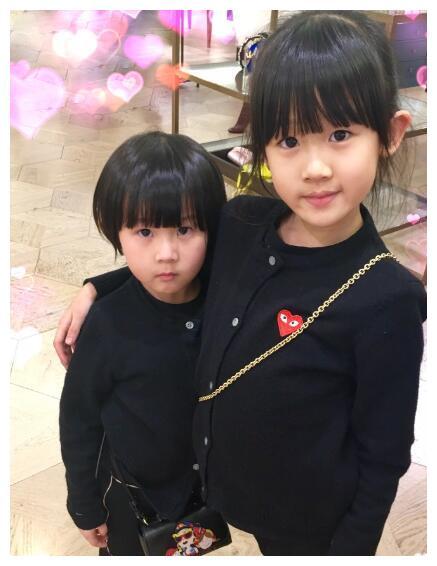 陆毅和鲍蕾相守21年夫妇零绯闻,俩女儿一模一样,可爱极了