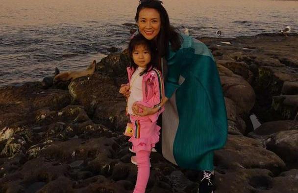 汪峰未现身?章子怡怀孕7月带女儿旅行,醒醒暴风抽高酷似汪峰