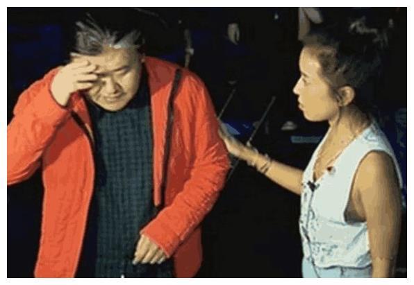 55岁刘欢病情恶化,拄着拐杖面容憔悴,妻子不离不弃贴身陪伴