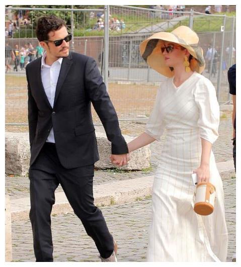 凯蒂佩里和米兰达·可儿前夫奥兰多布鲁姆,沉浸在浪漫城市风景中