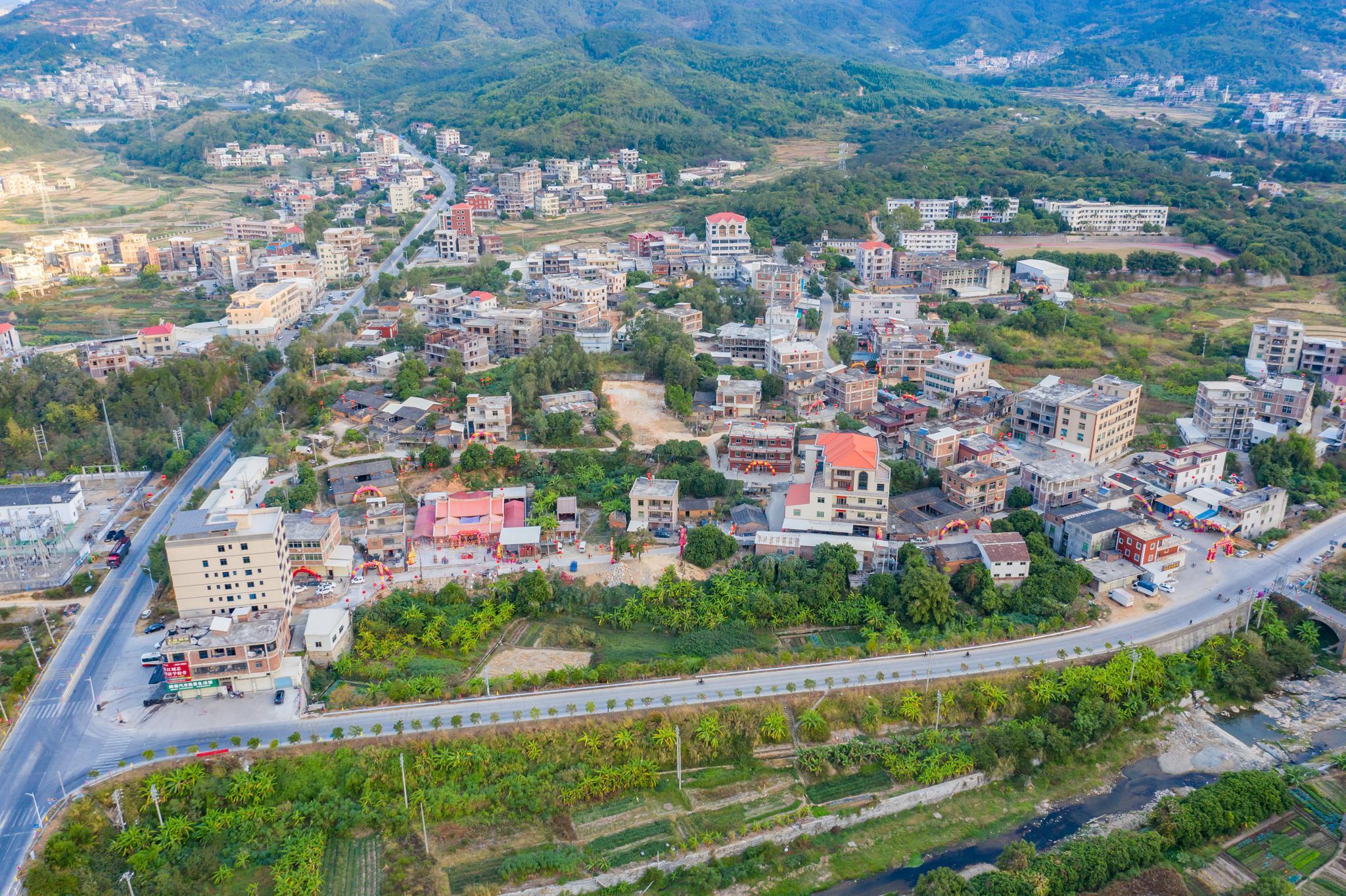 福建一农村自筹200多万元,把200多年祖宅翻建,落成典礼像过年