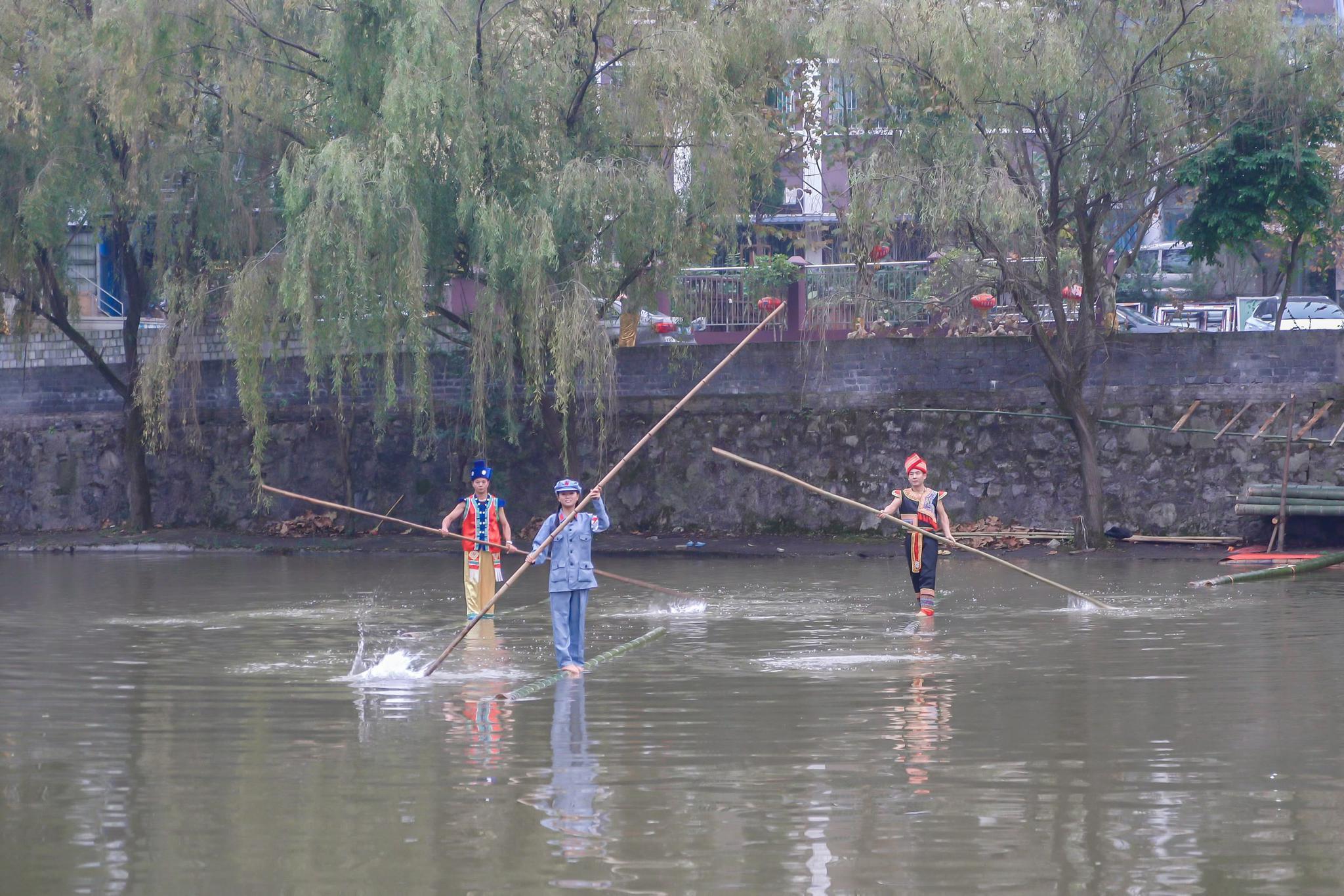 贵州一女孩从7岁开始勤练15年,终于练会了独竹水上漂