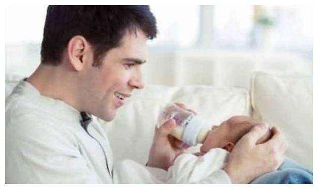 冲奶粉时这样替宝宝试奶温,简直是在拿宝宝的生命开玩笑!