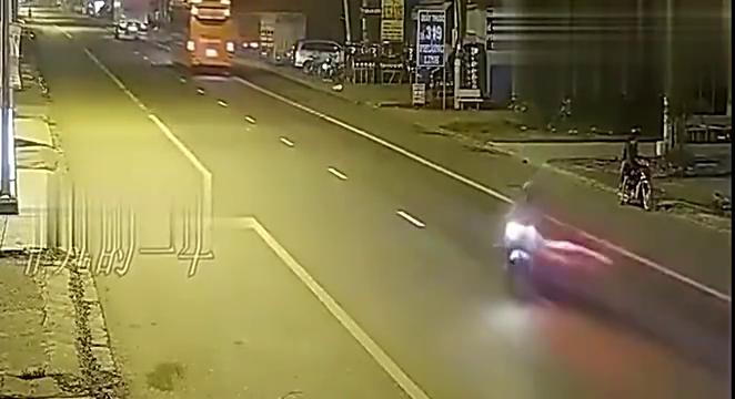 深夜,摩托男子疯狂飚车,监控拍下两人生前最后几秒