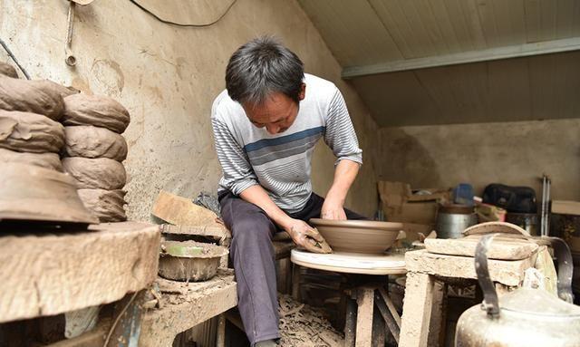 陶艺人制作一件奇型陶器,却说不出它的用途,看是啥样子