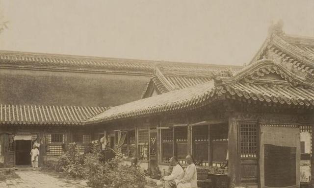 """紫禁城老照片:午门前无人除草,太和殿有人""""放肆"""""""