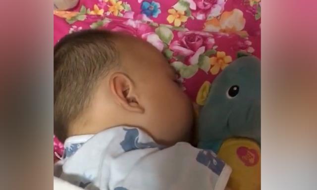 妈妈半夜查看宝宝的睡眠状况,拉开被子,宝宝的睡姿把妈妈笑翻了