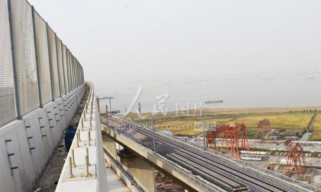 沪通铁路张家港长江大桥首现完整雄姿
