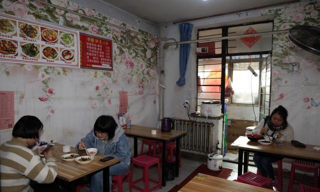农村夫妇进城开底价菜馆还可来料加工,只为供女儿学美术