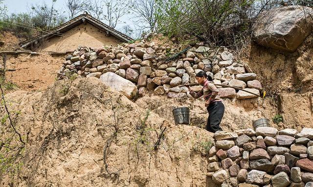 一条山沟8公里长,里边人们居住的都是土房子,镜头留住这段历史