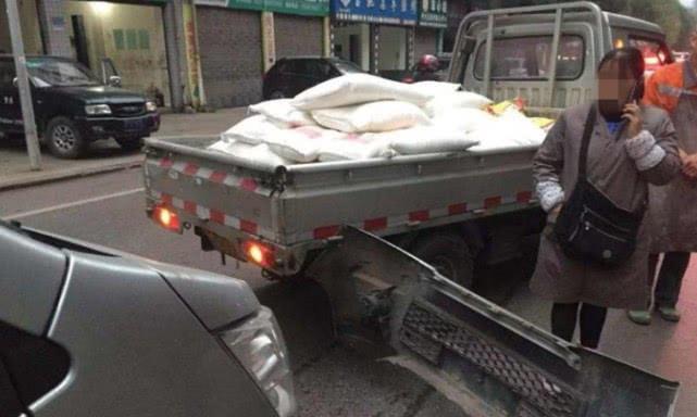 两辆货车追尾相撞后车保险杠被撞掉