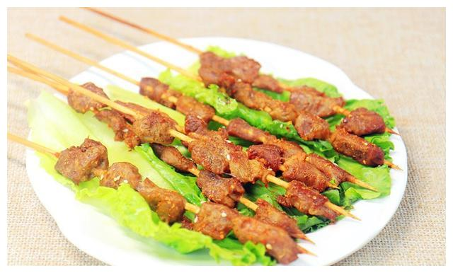 巧用烤箱烤羊肉串,串串鲜嫩多汁麻辣醇香,比夜市摊卖的还好吃