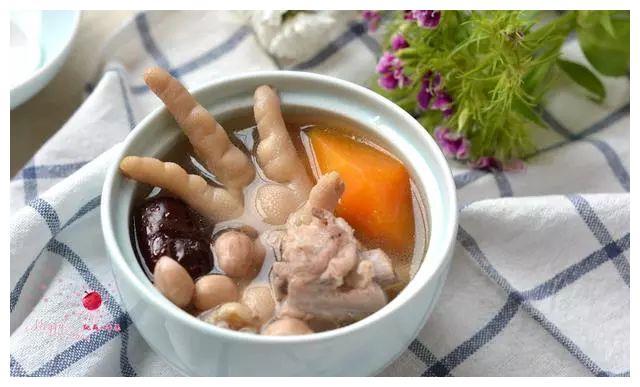 时间蹉跎,吃饭要紧。;来一碗排骨鸡爪木瓜汤,美容养颜