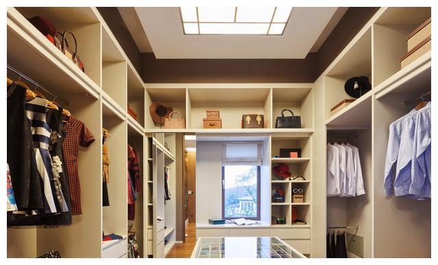 卧室不分大小,关键要会给衣柜减压,衣服包包这样放,宽敞升格调
