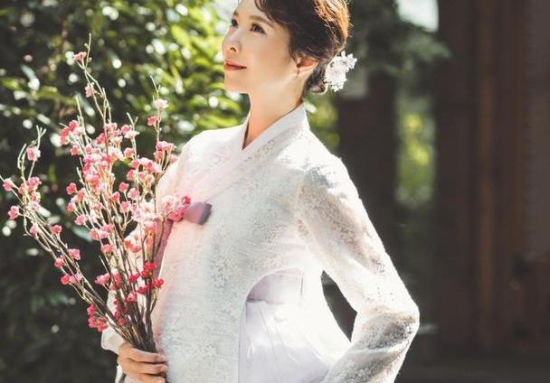 天心晒照庆结婚三周年,身穿韩服高贵优雅,与老公的互动甜入人心