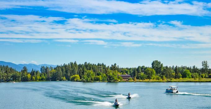 世界上最清澈的湖泊,100多米深一眼能看到底,船只像悬在空中