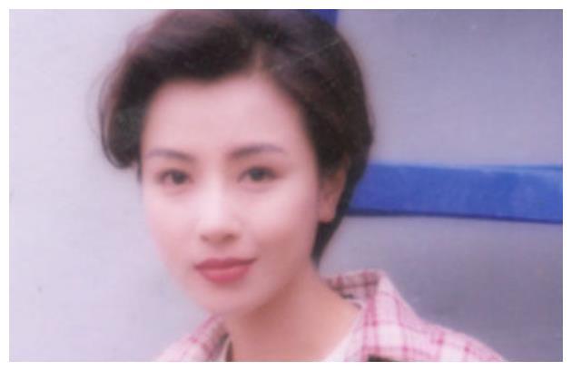 身为一代港剧玉女,被刘銮雄抛弃后选择出柜,今孤身一人皈依佛门