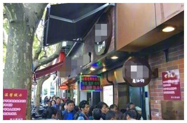 """上海""""最霸气""""饼店,每人限购5个,老板:凭号排队,无号走开!"""